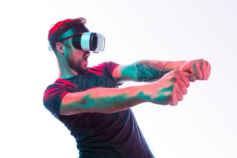 Mann, der virtuelles Auto fährt stockbilder