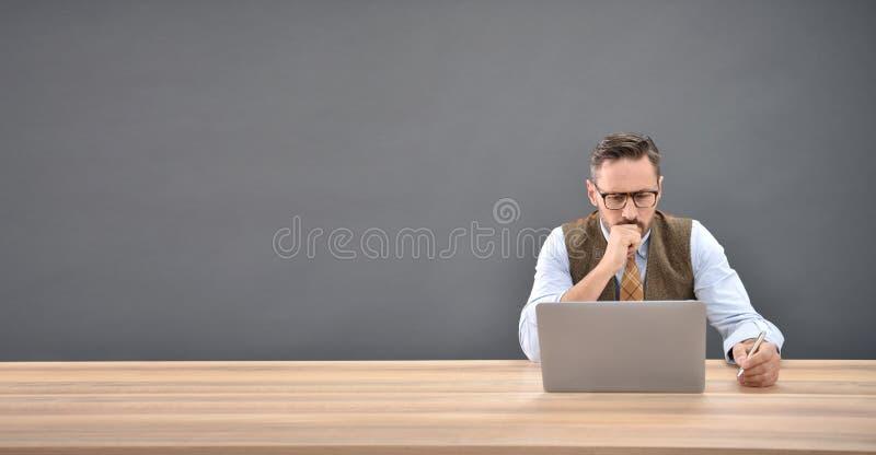 Mann, der vor Laptop sitzt lizenzfreie stockfotos