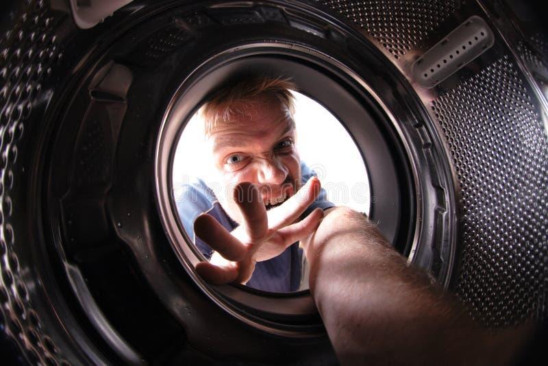 Mann in der Wäschemaschine stockfoto
