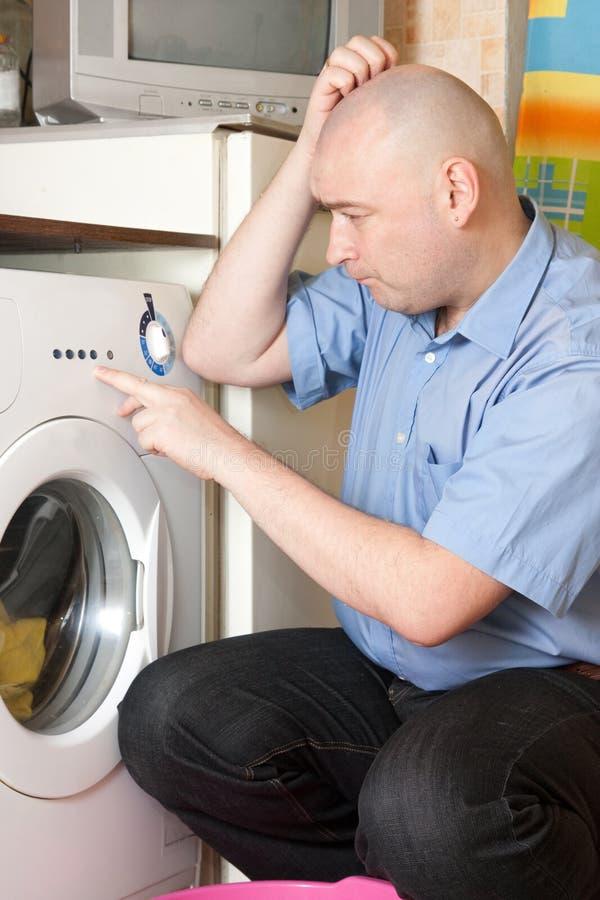 Mann, der Wäscherei an seinem Haus tut lizenzfreie stockfotografie