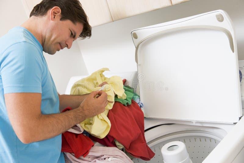 Mann, der Wäscherei tut lizenzfreie stockfotografie