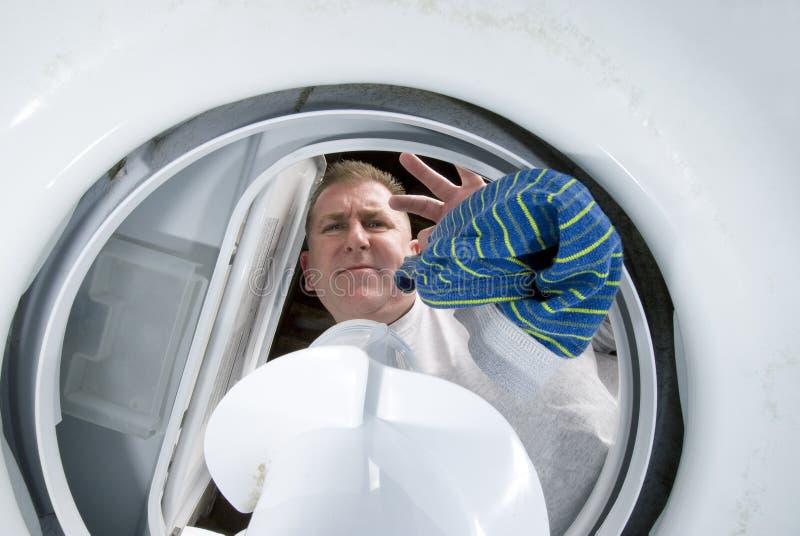 Mann, der Wäscherei tut lizenzfreie stockbilder