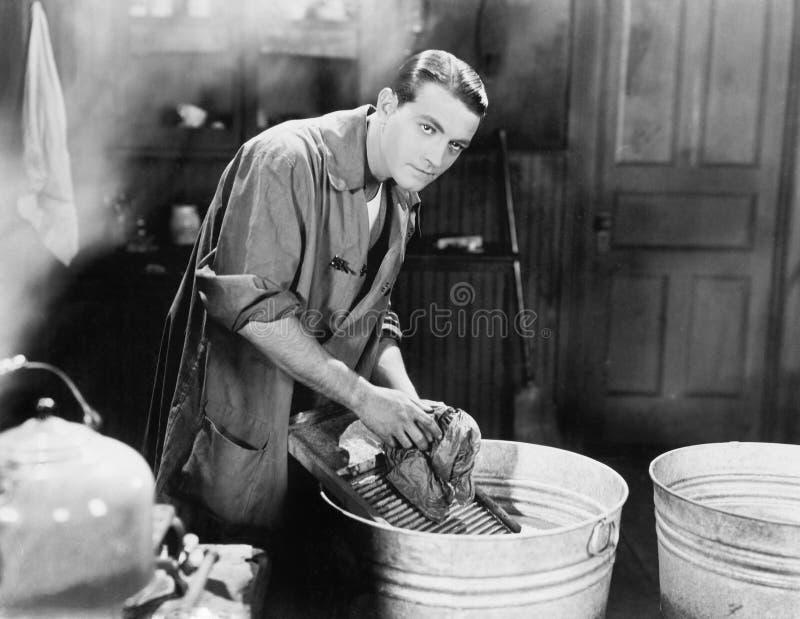 Mann, der Wäscherei tut (alle dargestellten Personen sind nicht längeres lebendes und kein Zustand existiert Lieferantengarantien lizenzfreie stockfotos