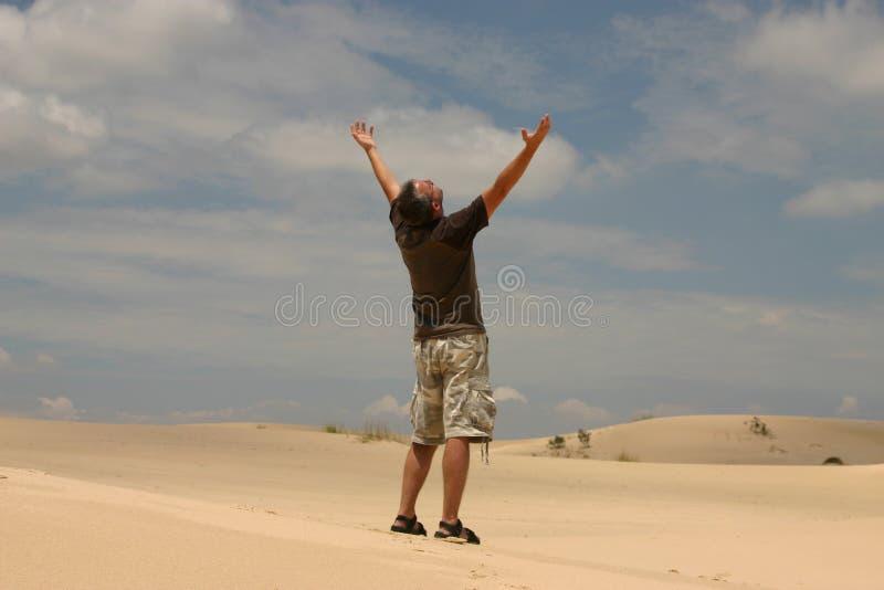 Mann in der Wüste lizenzfreies stockfoto