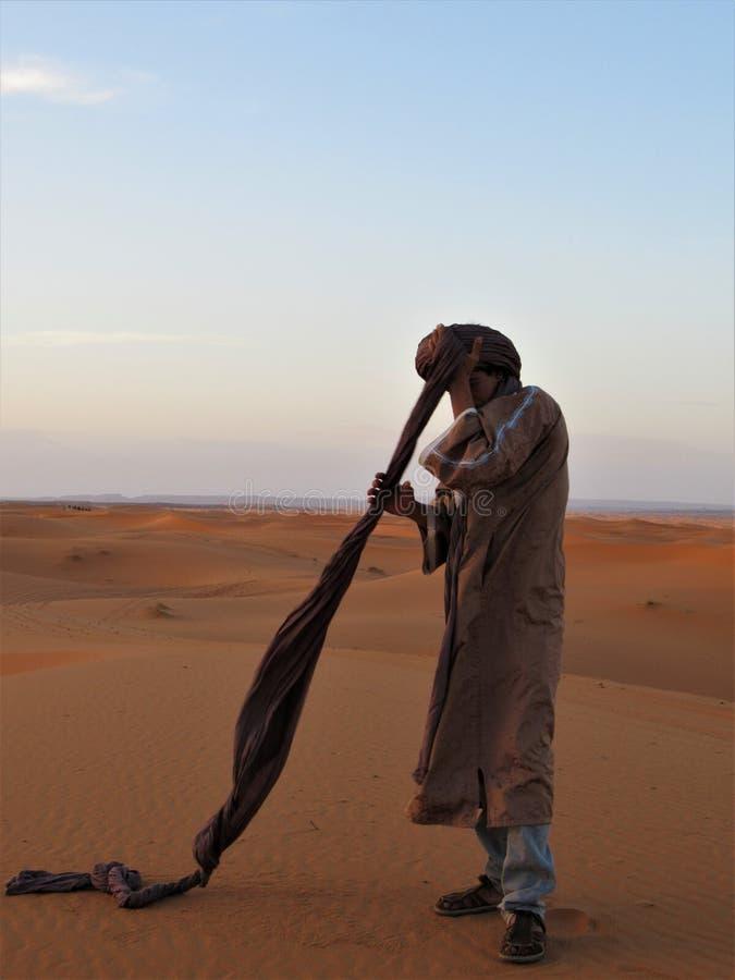 Mann in der Wüste in Merzouga stockbild