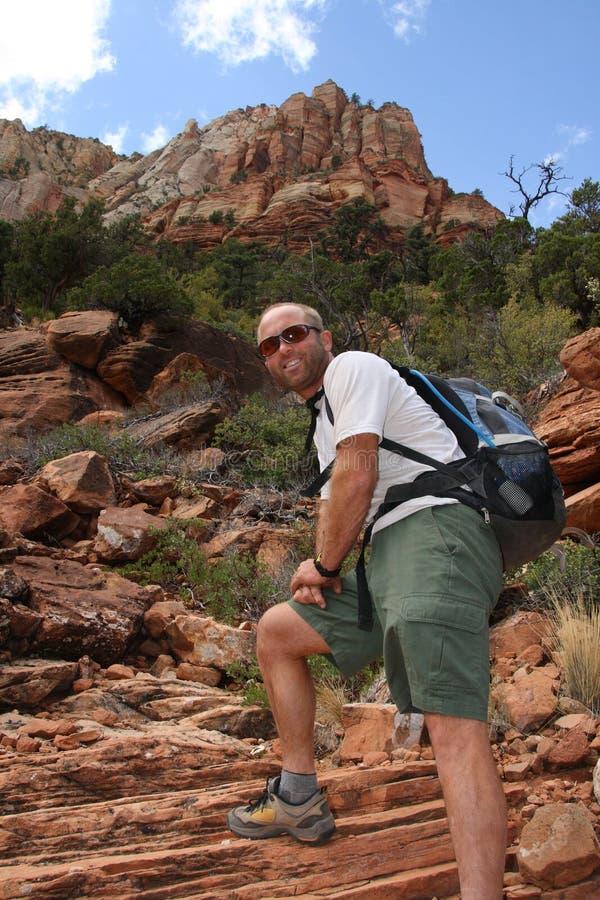 Mann, der Wanderung genießt   stockfotos