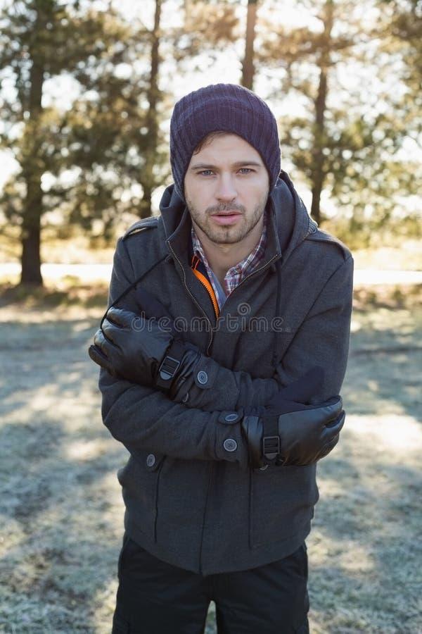 Mann in der warmen zitternden Kleidung beim Haben eines Wegs im Wald lizenzfreies stockfoto