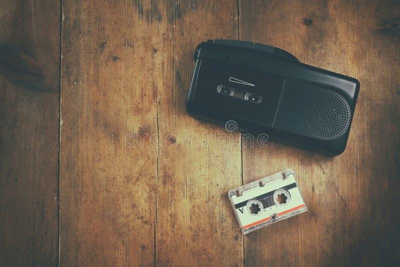 Mann in der Warteschlange unter Vergrößerungsglas Tonbandgerät und cassete stockbilder