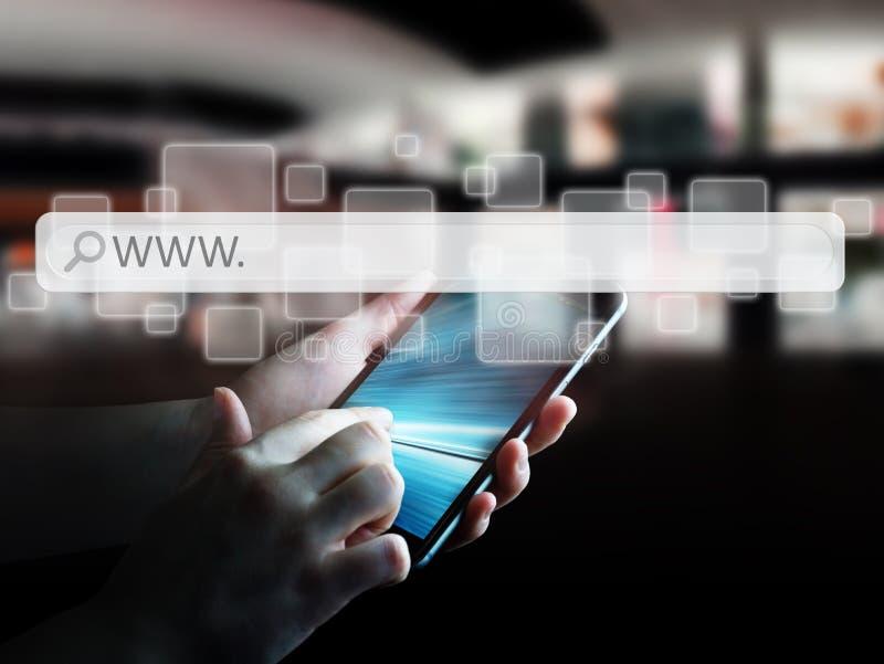 Mann, der Webadressestange zur Brandung auf Internet verwendet lizenzfreie abbildung