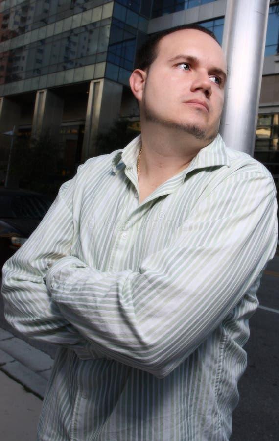 Mann, der weg flüchtig blickt lizenzfreie stockfotografie