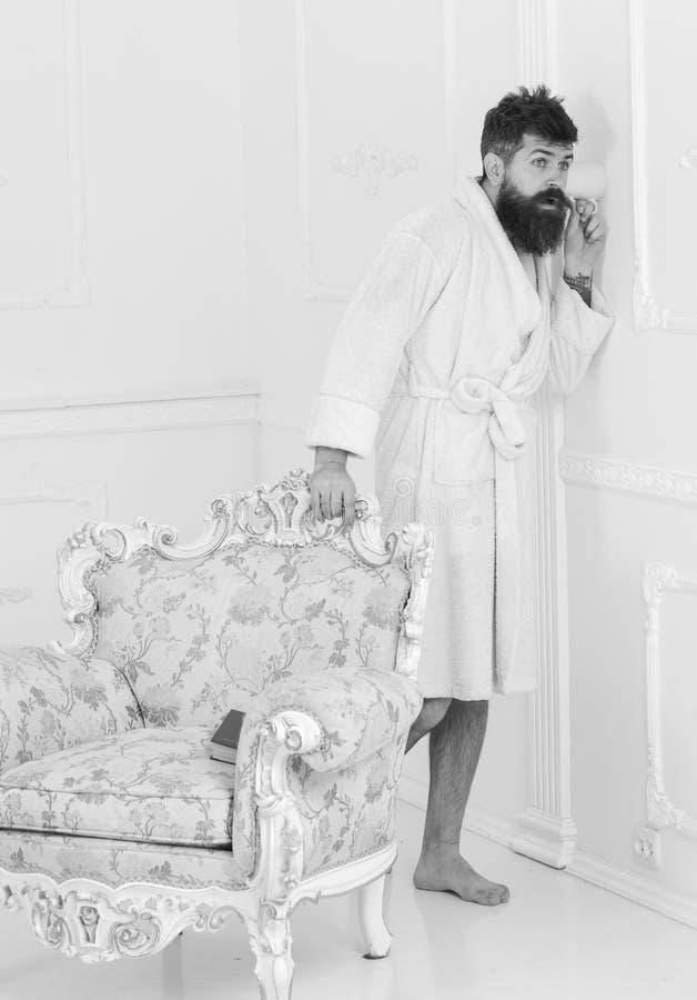 Mann in der weißen Innenspionage, hörend heimlich zu Hippie im Bademantel auf entsetztem Gesicht hören geheim Gespräch geheimnis stockfoto