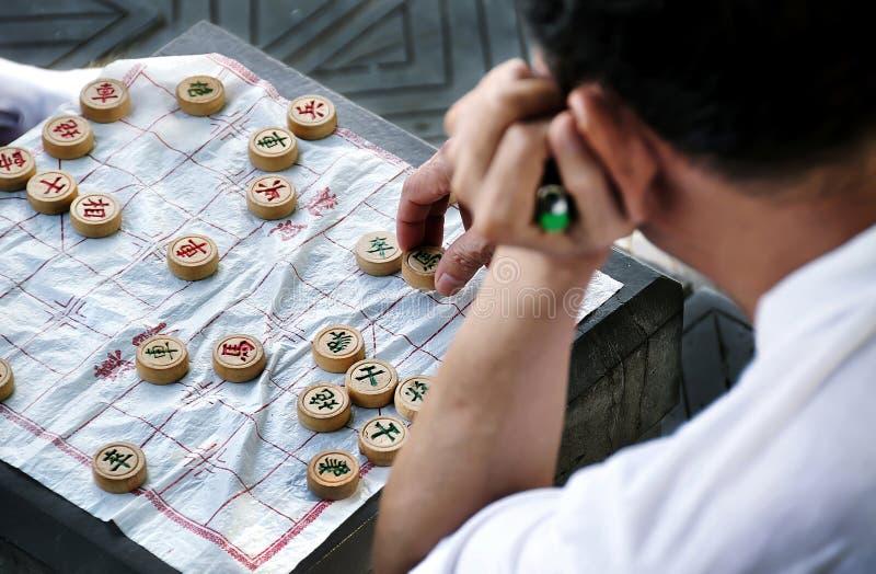 Mann, der Xiangqi, China in Guilin, China spielt lizenzfreie stockfotos