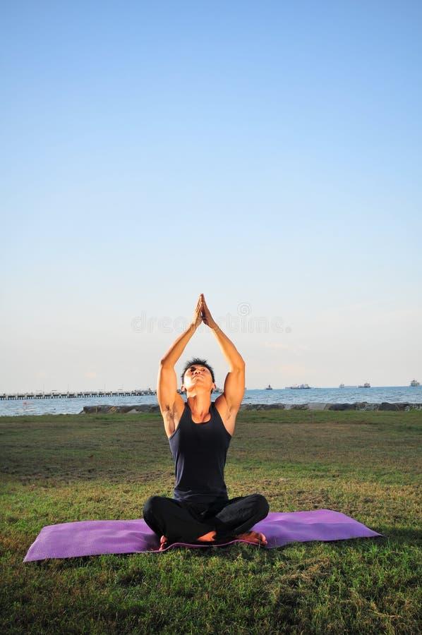 Mann, der Yoga 2 durchführt lizenzfreie stockbilder