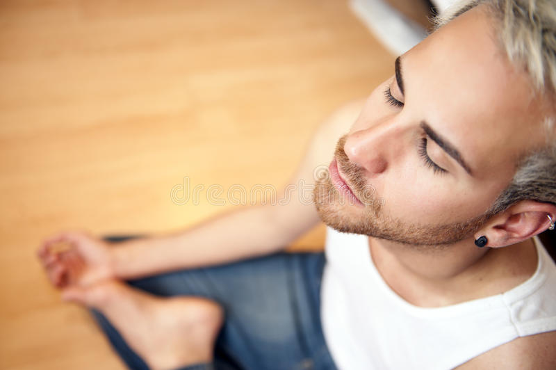 Mann, der Yoga tut stockbild