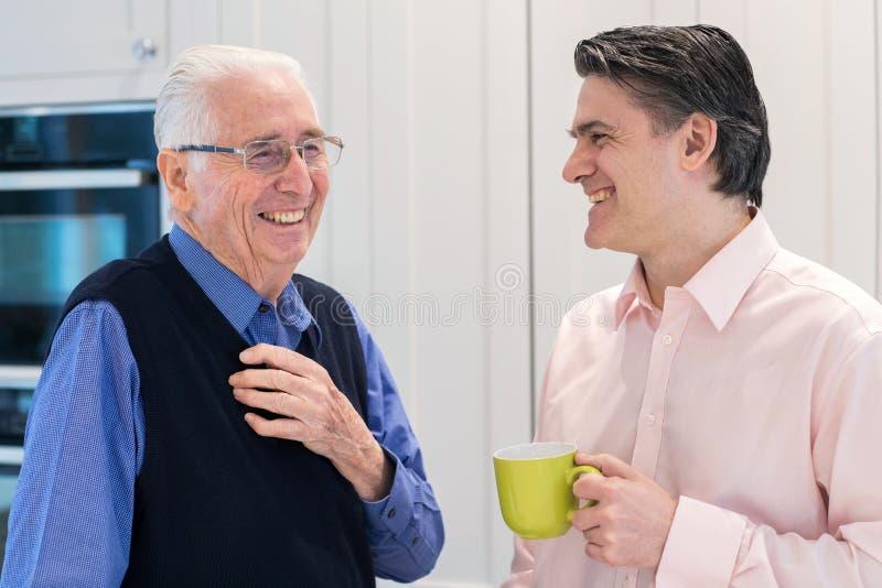 Mann, der Zeit nimmt, älteren männlichen Nachbar zu besuchen und zu sprechen lizenzfreie stockbilder