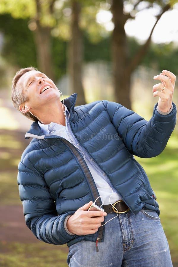 Mann, der zu MP3 hört, während gehend lizenzfreie stockfotos