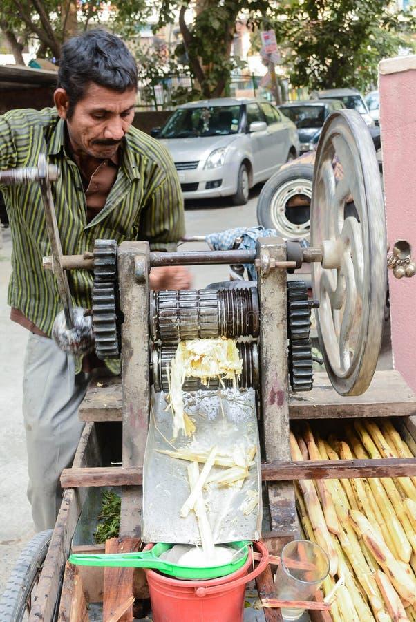 Mann, der Zuckerrohrsaft verkauft stockfotografie