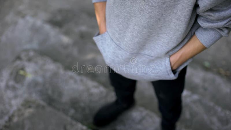 Mann in der zufälligen Kleidung, die auf Verabredung, Hände in den Taschen, Erwartung wartet lizenzfreie stockfotos
