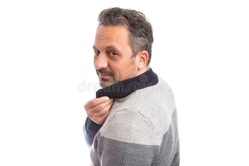 Mann, der zurück als Stellring schaut stockfotografie
