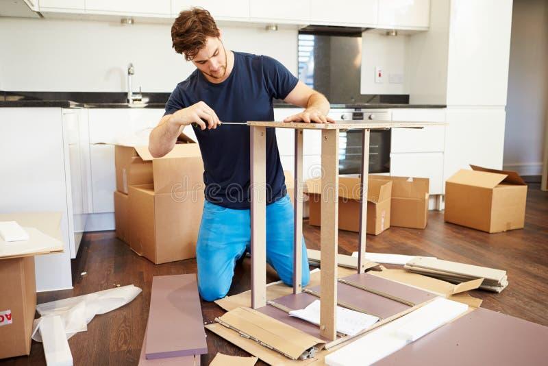 Awesome Download Mann, Der Zusammen Selbstbau Möbel In Neues Haus Einsetzt  Stockfoto   Bild Von