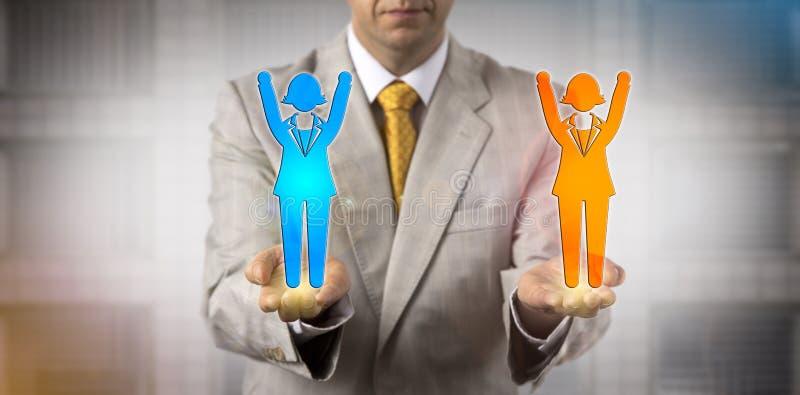 Mann, der zwei zujubelnde weibliche Angestellt-Ikonen balanciert lizenzfreies stockfoto