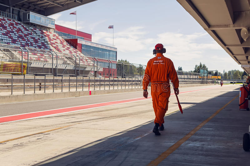 Mann des technischen Personals in einem orange Overall, die Kleidung sind auf der inneren Bahn stockfotos