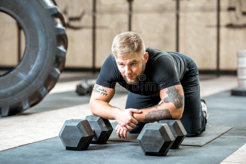 Mann die in de gymnastiek rusten royalty-vrije stock foto's