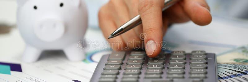 Mann drücken silbernen Schlüsseltaschenrechner liegt von Hand ein lizenzfreie stockfotografie