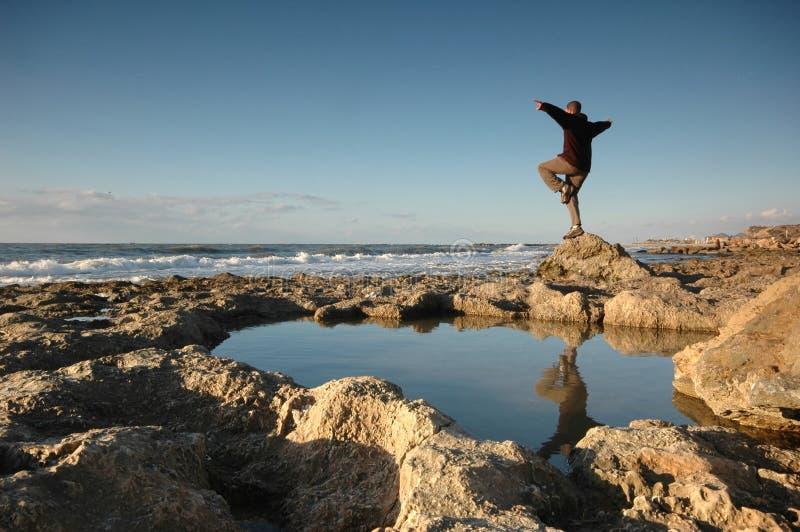 Mann durch den Strand lizenzfreie stockfotografie