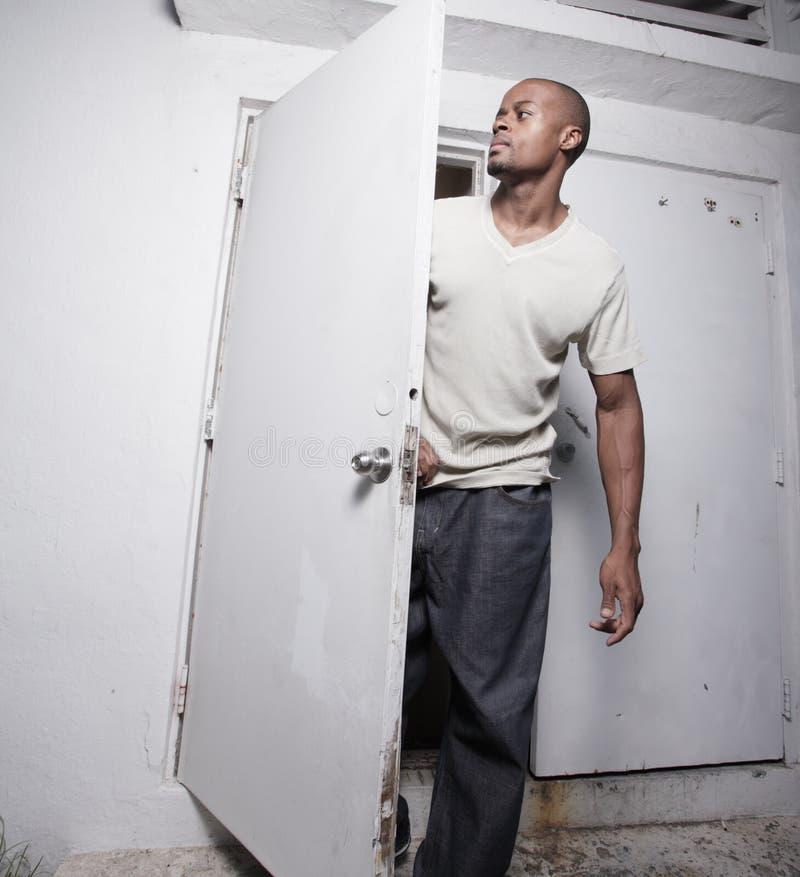 Mann durch die Tür stockfotos