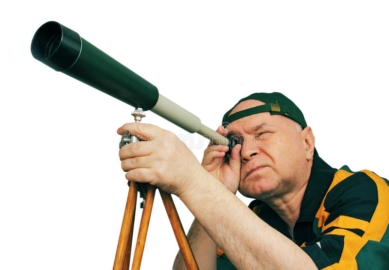 Mann, ein Astronom, der durch ein Teleskop schaut. stockfotografie