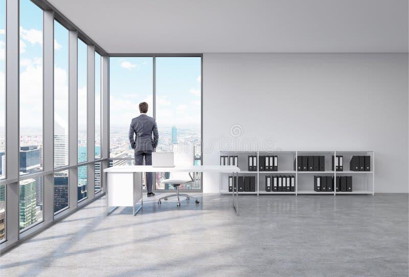 Mann in einem Büro vor dem Fenster lizenzfreie abbildung