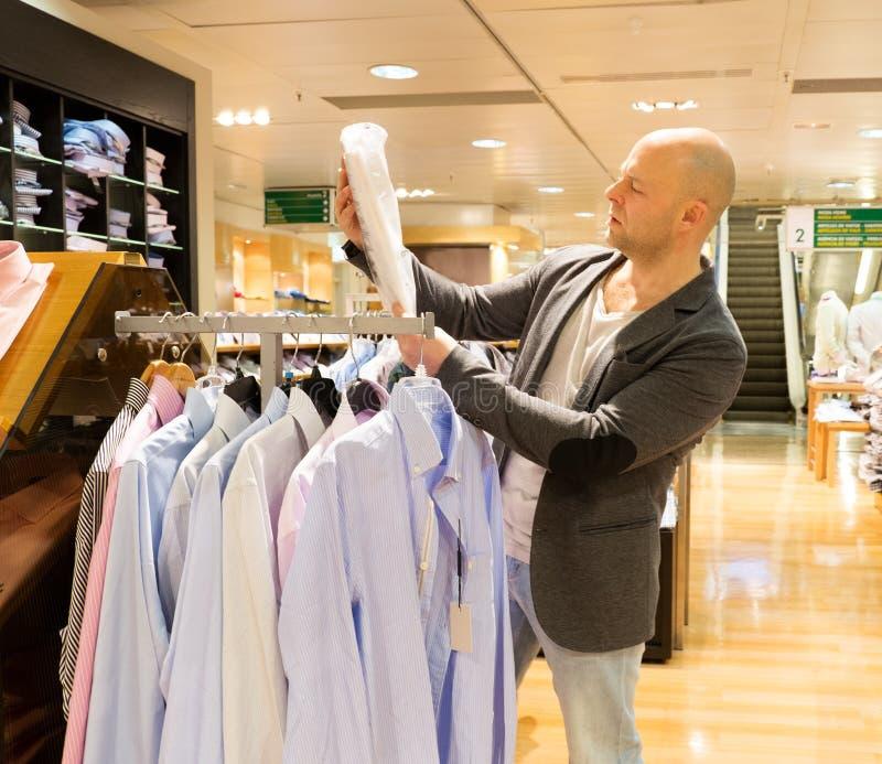 Mann in einem Einkaufszentrum lizenzfreie stockfotos
