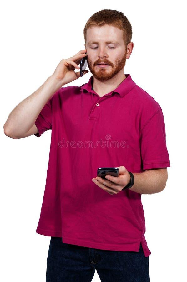 Mann an einem Handy stockfotografie
