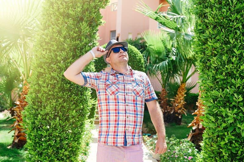 Mann in einem Hut und in Sonnenbrille, die oben schauen stockfotos