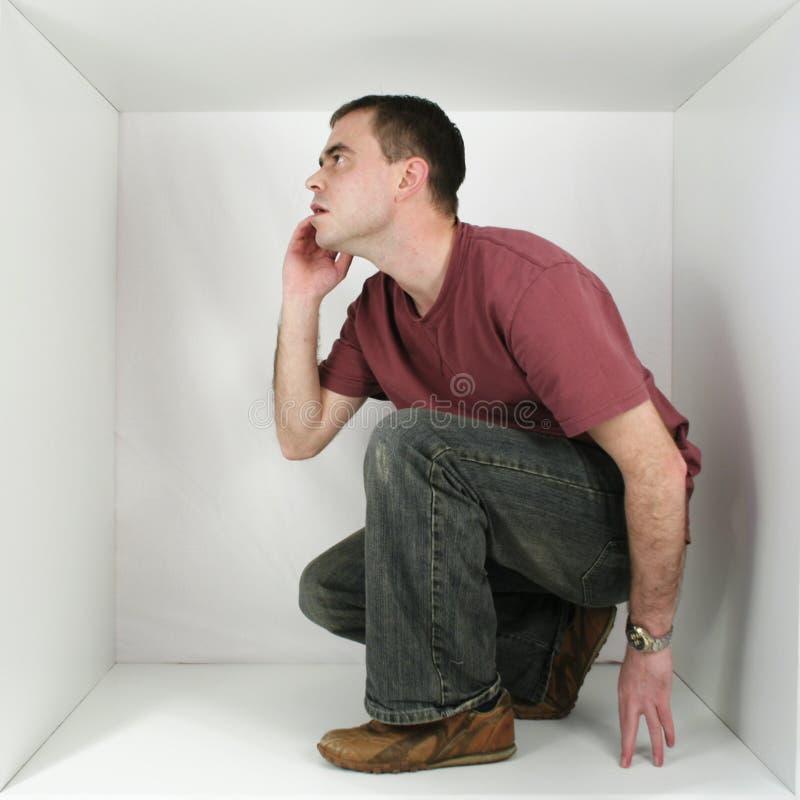Mann in einem Kasten lizenzfreie stockbilder