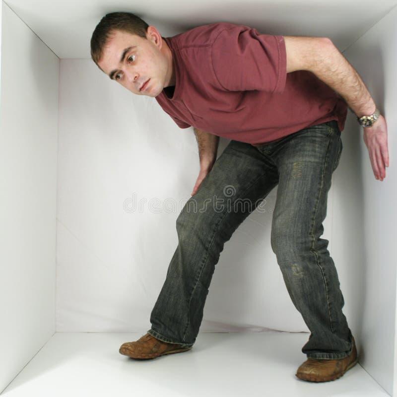 Mann in einem Kasten lizenzfreie stockfotografie