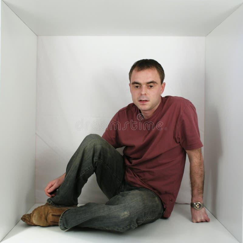 Mann in einem Kasten stockbild