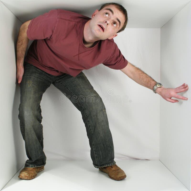 Mann in einem Kasten lizenzfreies stockbild