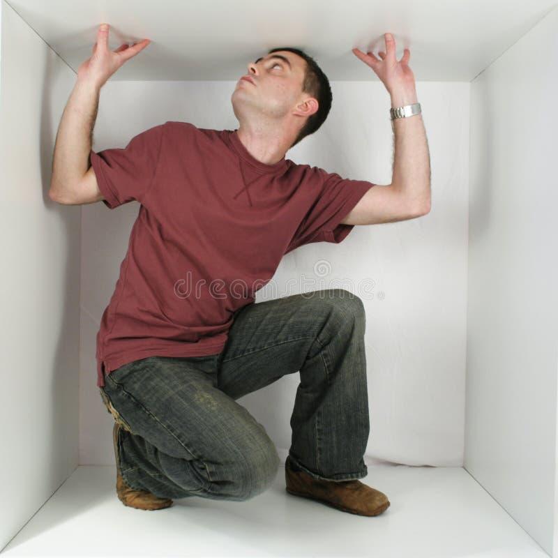 Mann in einem Kasten stockfotos