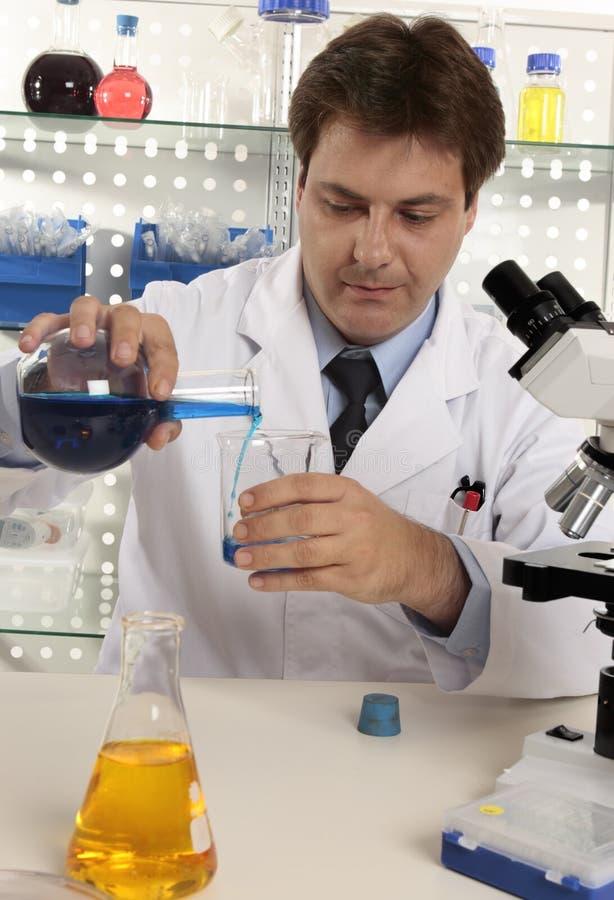Mann in einem Labor stockbild