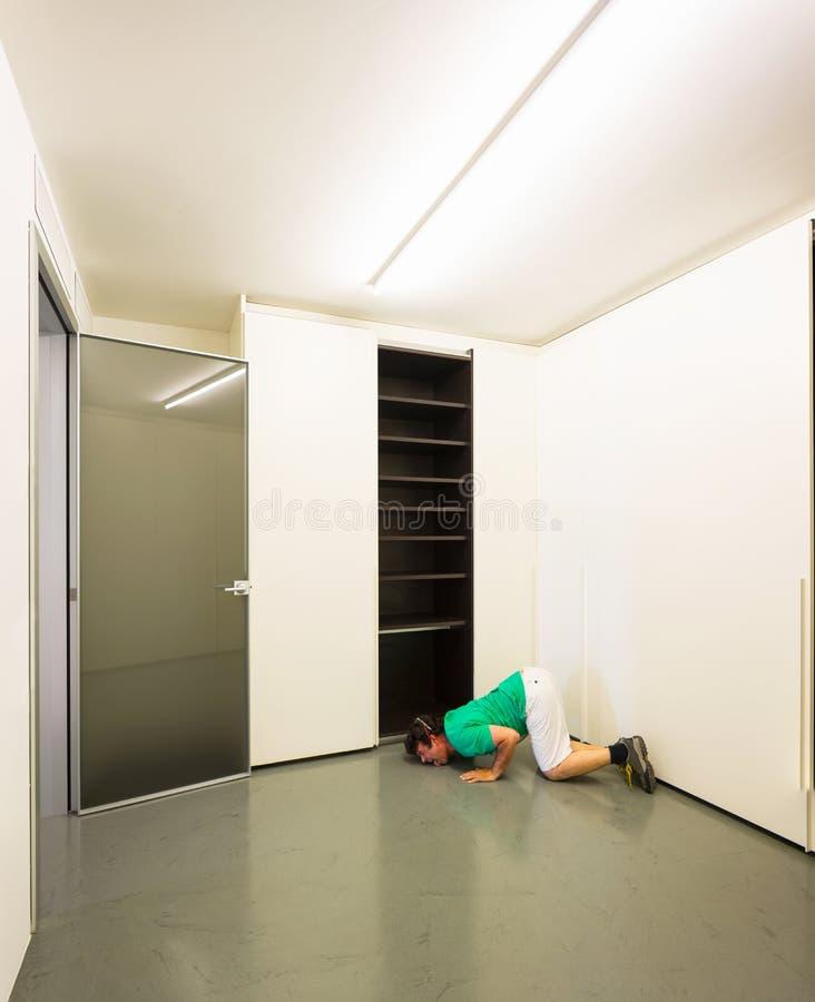 Mann in einem Raum lizenzfreie stockbilder