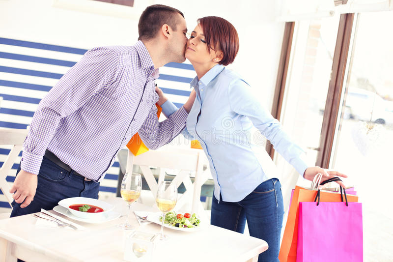 Mann in einem Restaurant stockfoto