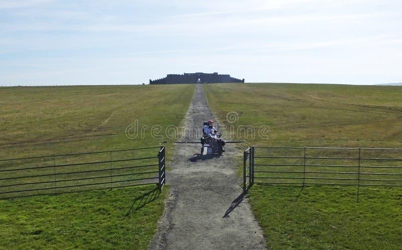 Mann in einem Rollstuhl Mussenden-Tempel benone Strand Co Derry Londonderry Northern Ireland stockbild