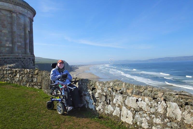 Mann in einem Rollstuhl an Mussenden-Tempel benone Strand Co Derry Londonderry Northern Ireland stockfotos