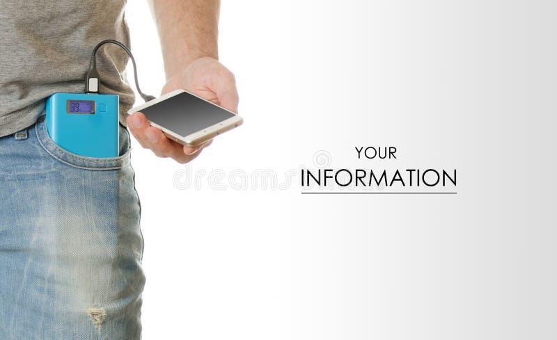 Mann in einem Taschenhandy Smartphone und in einem Energiebankmuster stockfotos