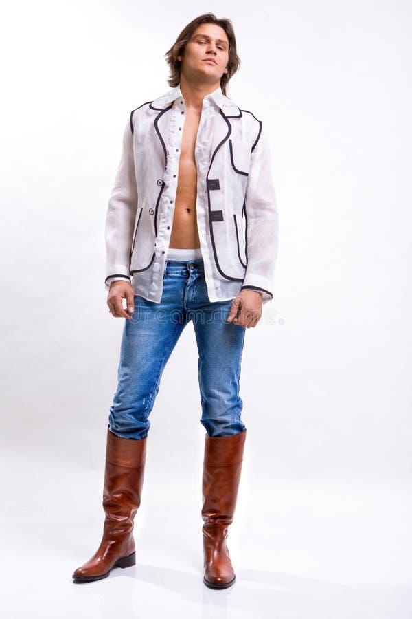 Mann in einem weißen Hemd, Jeans lizenzfreies stockfoto