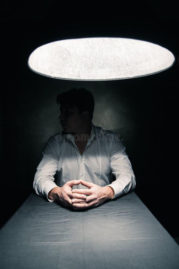 Mann in einer Dunkelkammer belichtet nur durch Lampe lizenzfreie stockfotos