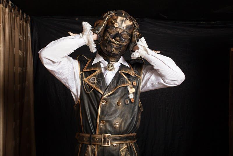 Mann in einer Maske in einem Cyborgkostüm stockbilder
