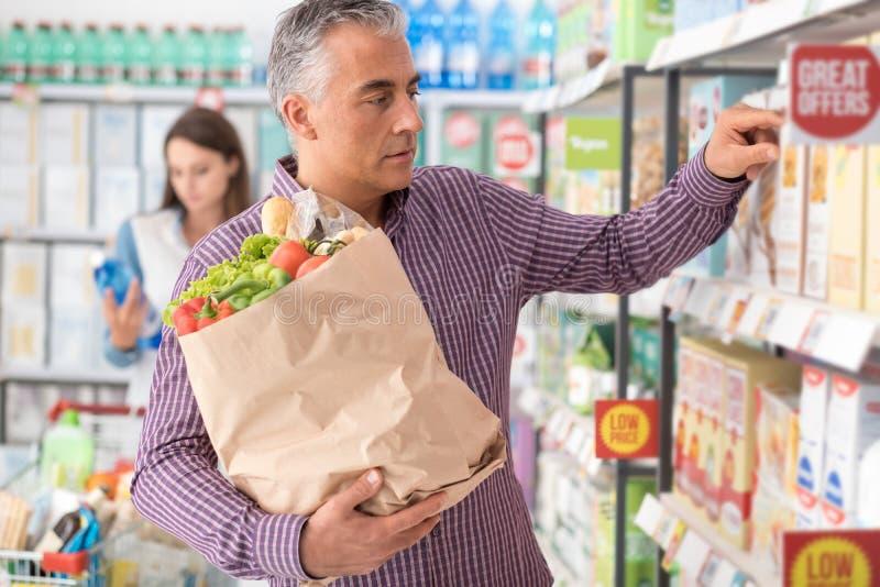 Mann-Einkaufen am Supermarkt stockbild